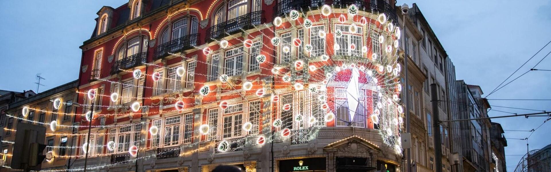 A Marcolino inaugura a sua nova iluminação de Natal, na fachada da sua Flagshipstore. A mesma tem influência na opulência e cores do pavão, e mistura peças de joalharia nas suas penas. Para além das luzes, as mesmas brilham ao som de 3 músicas, em vários espectáculos musicais ao fim do dia. Nomeadamente às 17, 18, 19, 20, 21 e 22h.  Venha assistir.
